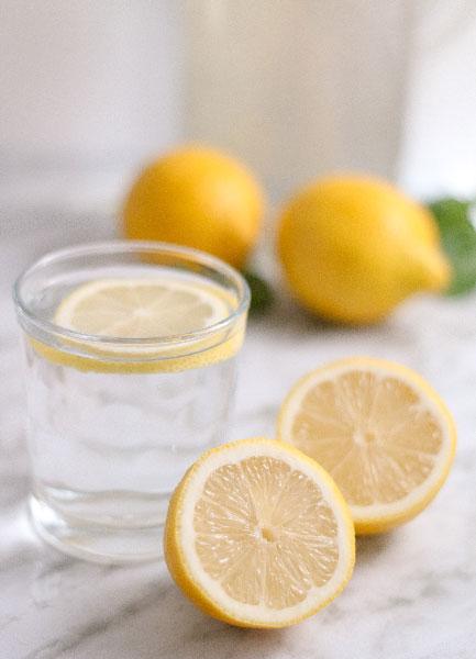 Bebe agua con limón por las mañanas